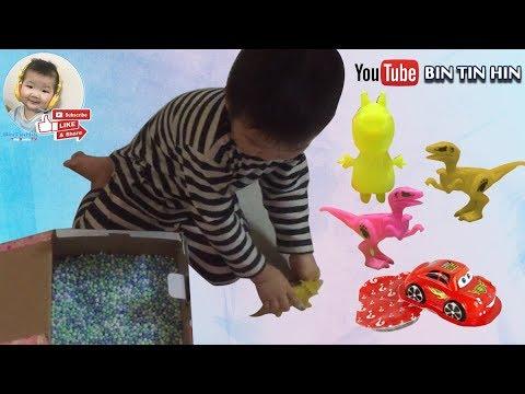 Bin Tin Hin tìm quà siêu bất ngờ giấu trong chiếc hộp đầy hạt xốp | Surprise gift