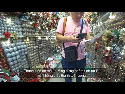 Chàng rể Hàn Quốc đi trải nghiệm mua sắm đồ trang trí Giáng sinh trên phố cổ Hàng Mã
