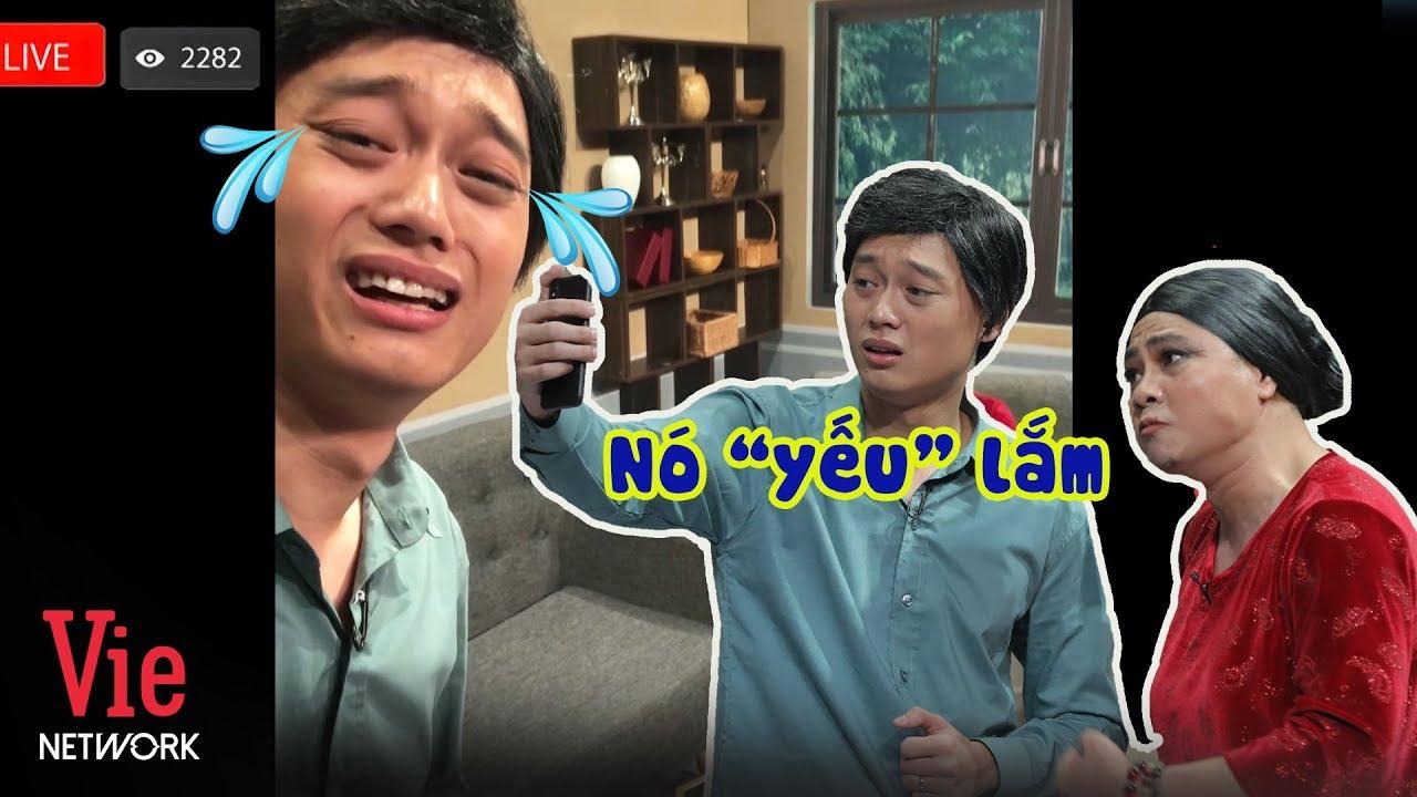 """Nhật Anh Trắng hốt hoảng khi đang livestream bị mẹ già Tự Long bóc mẽ """"chuyện thầm kín"""""""
