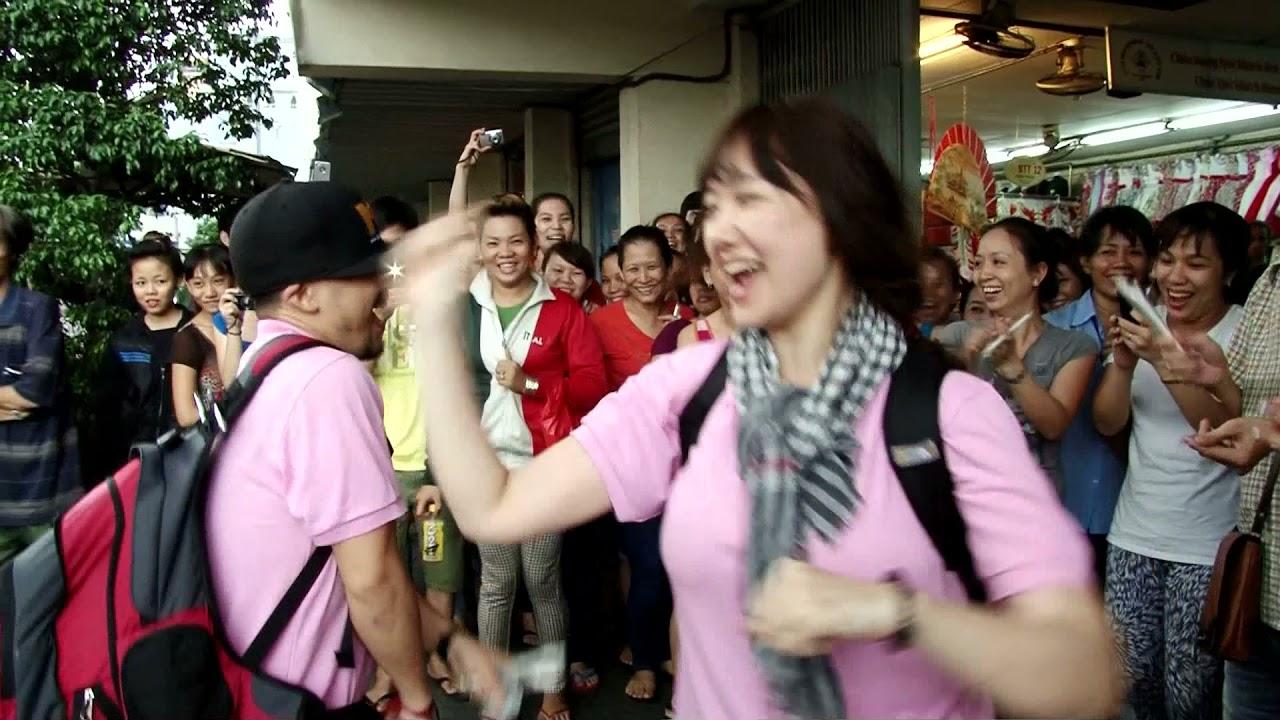 Hari Won với Tiến Đạt hát Gangnam Style Náo Loạn Đường Phố Để Bán Kẹo Kéo Trong Cuộc Đua Kỳ Thú 2013